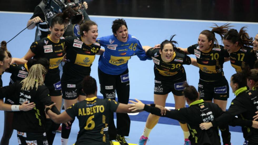 STORSEIER: Spania-spillerne feirer seieren mot Romania med en ring-dans. Foto: Bjørn Langsem
