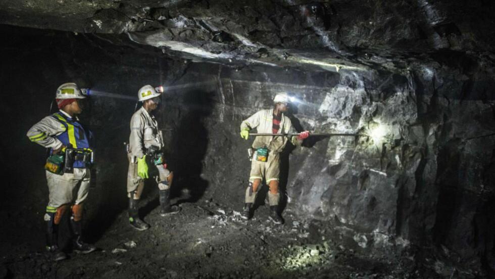 KRAFTIGE KUTT: Anglo American er ett av verdens største gruveselskap, og annonserte tirsdag at det må gjennomføre en «radikal restrukturering» av selskapet for å håndtere prisfallet på råvarer. Bildet er fra en av selskapets gruver utenfor Johannesburg, og ble tatt i juni i år. Foto: AFP PHOTO / MUJAHID SAFODIEN / NTB Scanpix