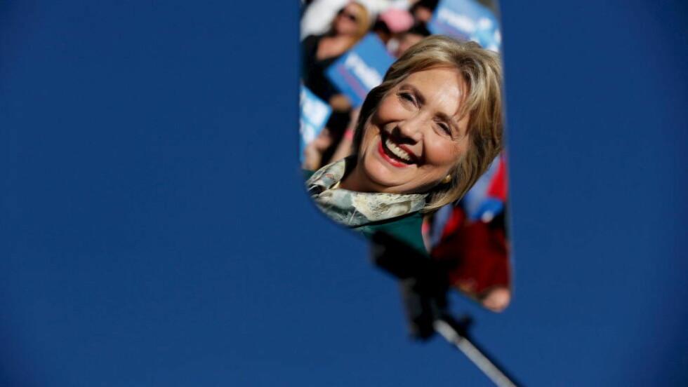 LER IKKE ALLTID: Hillary Clinton var i godt humør og lo under et valgkamparrangement i Alexandria i Virginia tidligere i år. Hun er her fotografert i gjenskinnet fra en såkalt teleprompter. Foto: REUTERS / Jonathan Ernst / NTB scanpix