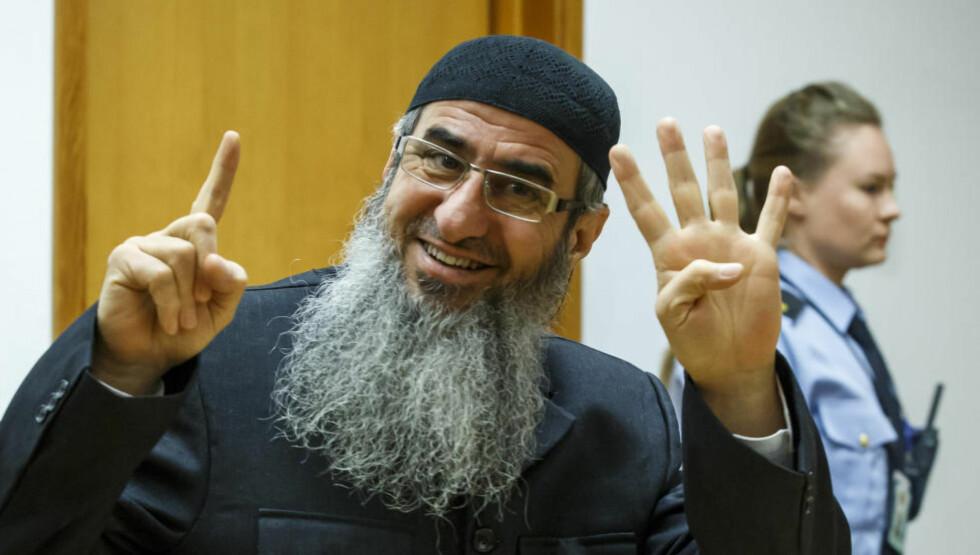 FENGSLET: Mulla Krekar er begjært utlevert til Italia. Han viste egyptiske Det muslimske brorskaps tegn da han ankom rettssalen i dag. Foto: Heiko Junge / NTB Scanpix