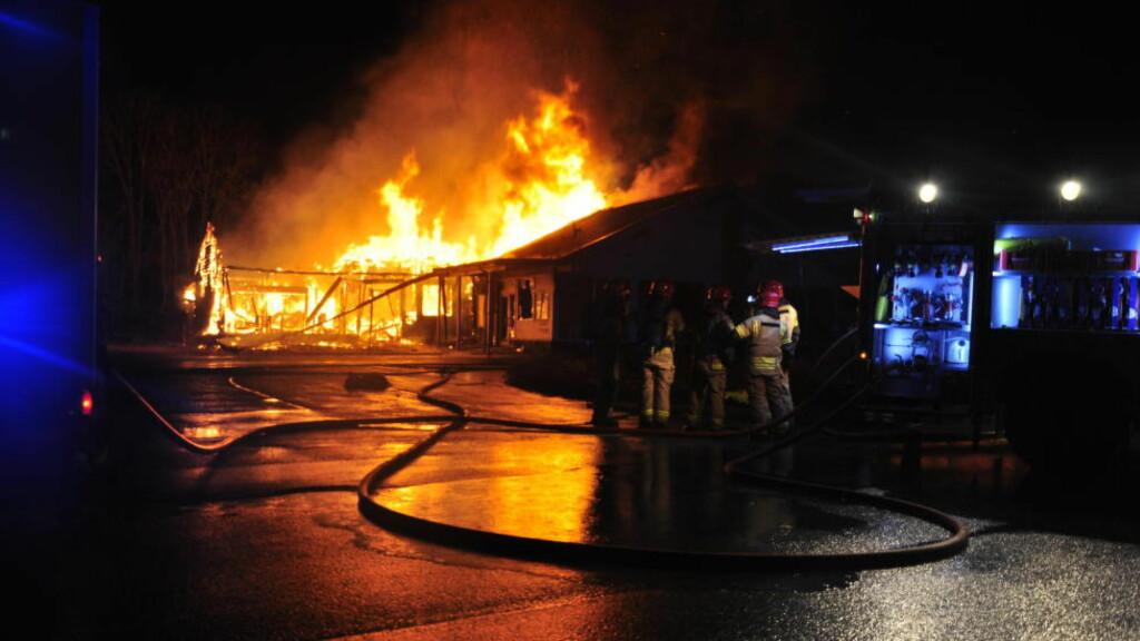 PÅGREPET: Det brant kraftig i jotell Lune Huler i Lindås nord for Bergen natt til søndag. Hotellet skulle snart tas i bruk som midlertidig asylmottak, og poliet har etterforsket brannen som påtent. Nå er en mann pårgrepet. Foto: Gunn Berit Wiik Berg / Strilen / NTB scanpix