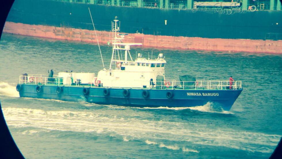 VÆPNET OG FARLIG: Dette bildet er tatt like før jul i fjor, og viser en av de tidligere norske missiltorpedobåtene i Lagos havn, som nå driver væpnet piratjakt og skatteinnkreving i den privatdrevne kystvaktflåten NIMASA. Foto: Privat