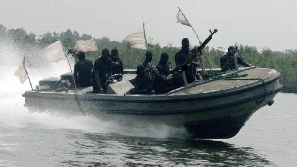FØR: Før de fikk kjøpe båter fra Norge fartet Tompolos menn rundt i blanbt annet denne farkosten. Foto: EPA/Scanpix