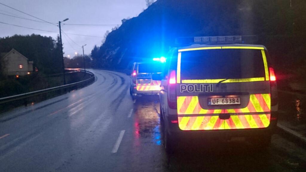 ULYKKESSTED:  Politibiler ved stedet på riksvei 654 i Røyra i Møre og Romsdal der en 26 år gammel mann lørdag morgen ble funnet hardt skadd etter det politiet tror kan være en påkjørsel. Foto: Carl-Henrik Myrseth Moltumyr, NTB Scanpix.