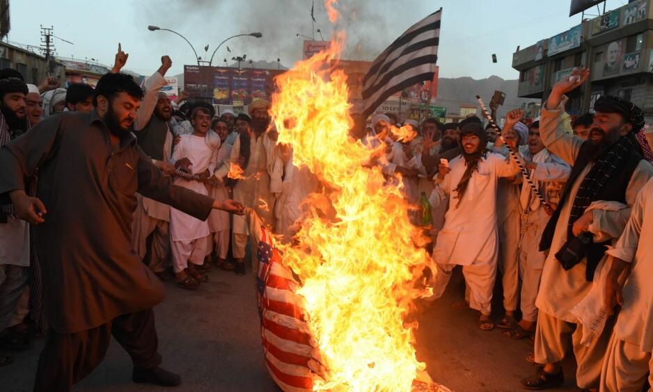 ISLAMISERING: Pakistan er fylt opp til randen av menn som lover å redde landet, og deres løsning er mer islamisering, skriver innsenderne. Bildet viser en gruppe tilhengere av det islamske partiet Jamiat Ulema-e-Islam brenne et amerikansk flagg under en demonstrasjon i Quetta 25. mai i år. Foto: Nanaras Khan / AFP / NTB Scanpix