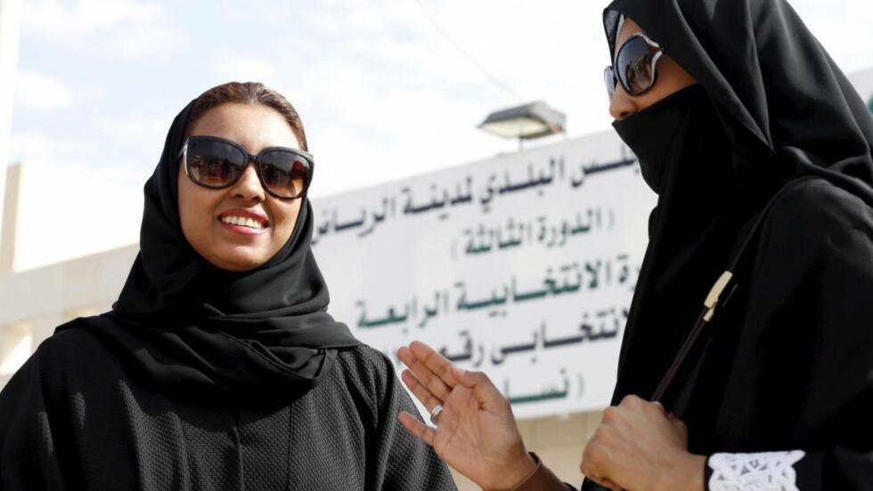 FØRSTE VALG:  To saudiarabiske kvinner utenfor et stemmelokale i Riyadh lørdag. Foto: Faisal Al Nasser, Reuters/AFP Scanpix.