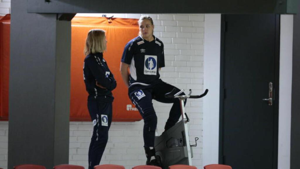 SAMTALER: Mari Molid og landslagets lege Anne Froholdt. Foto: Bjørn Langsem