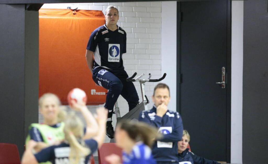 PÅ SYKKEL: Norges forsvarsgeneral Mari Molid trente på sykkel bare timer før den viktige VM-kampen. Foto: Bjørn Langsem