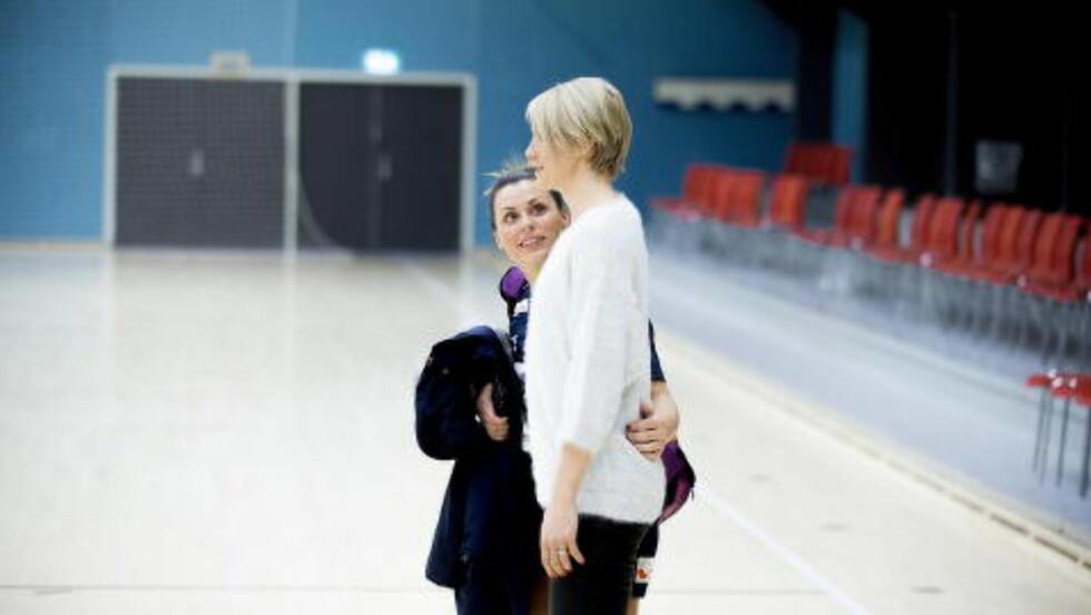 LAGVENNINNER: Hammerseng-Edin hilste på Nora Mørk etter dagens trening. Begge spiller i Larvik. Foto: Bjørn Langsem