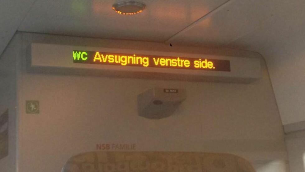 MANIPULERT: På NSBs togvogner opplyses det om hvilken side av toget togpassasjerene skal gå av. Togselskapet konkluderer dermed med at denne teksten ikke kan ha kommet opp ved en feil og at bildet er manipulert.