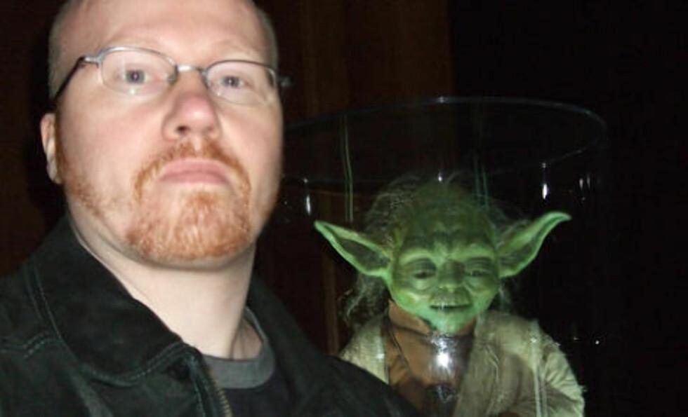LAGER TRIBUTELÅTER: Thomas er musiker og har laget flere Star Wars-inspirerte låter sammen med sitt band Gaia Epicus. Foto: PRIVAT