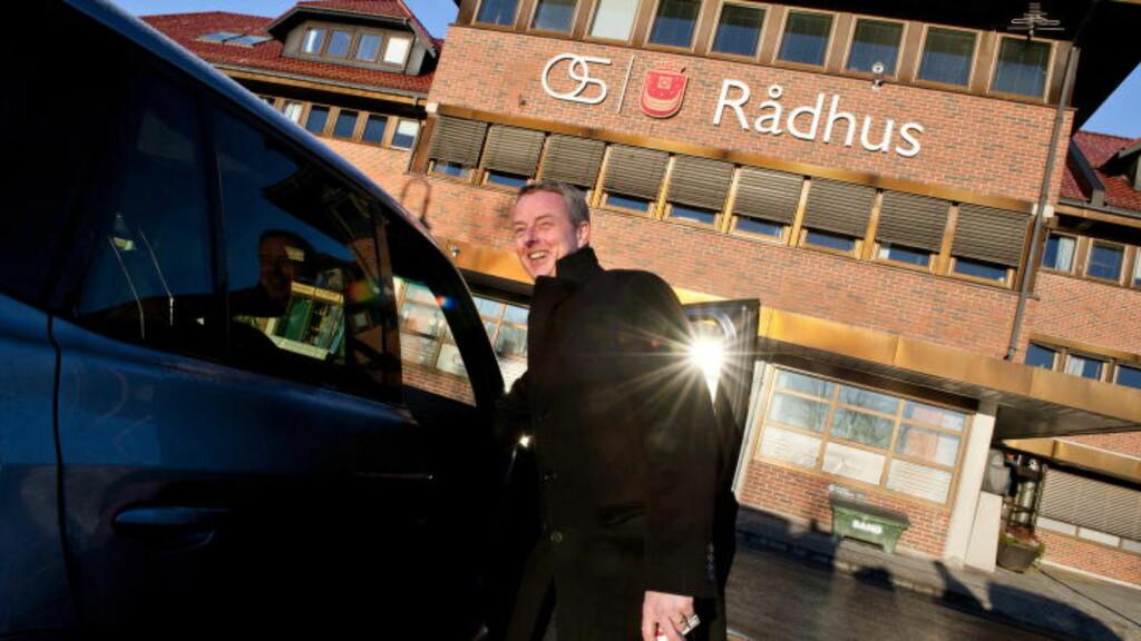 BLIR GRATULERT: En mann åpner bildøra for å gratulere Terje Søviknes med plass i regjeringten, men han nekter å bekrefte at han blir ny statsråd.  Foto Tor Erik H. Mathiesen