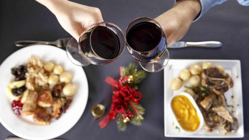 VIN TIL JULEMAT: Selvfølgelig kan du drikke vin til julemat, men med stor variasjon i smaker er det viktig å finne rett vin. Foto: NTB Scanpix