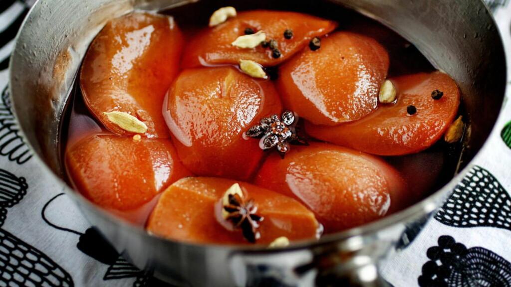 FRAM FRA GLEMSELEN:  Kvede er en litt glemt frukt som er perfekt å ta fram når du skal lage spennende garnityr til julematen. Karla Siverts koker den søt og god sammen med blant annet stjerneanis, sukker og kardemommefrø.           Foto: METTE MØLLER