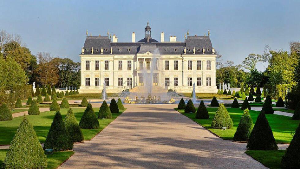 CHATEAU LOUIS XVI: Dette er Chateau Louis XVI i utkanten av Paris. Tomta er på drøye 230 000 kvadratmeter, mens selve boligen inneholder alt fra kino til marmordetaljer i fineste kvalitet. Den er nå solgt for 2,6 milliarder kroner, som gjør boligen til den dyreste noen sinne. Foto: Patrice Diaz—Wikimedia Commons