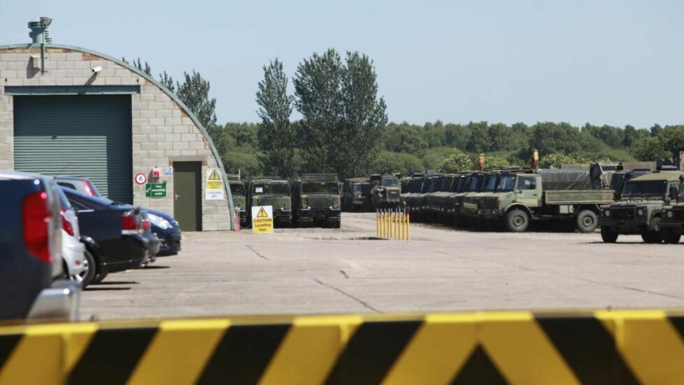 DØMT VÅPENHANDLER: L. Jackson & Co er en av Europs største forhandlere av brukt militært utstyr. Inne på en nedlagt rakettbase står Hägglund BV206 beltevogner på rekke og rad. Foto: Tore Bergsaker