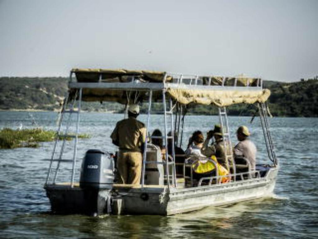 KAZINGA CHANNEL: Båtene finnes i flere størrelser, men for i underkant av 350 kroner pr. hode, er det mulig å booke egen båt med kaptein, guide og bevertning. Foto: PETTER LØKEN