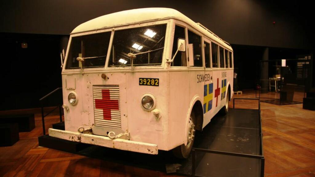 REDDET TUSENVIS: En av de hvite bussene som i løpet av krigens siste dager ble brukt til å redde 10 000 norske og danske konsentrasjonsleirfanger ut av det brennende Tyskland.Foto: Asbjørn Svarstad
