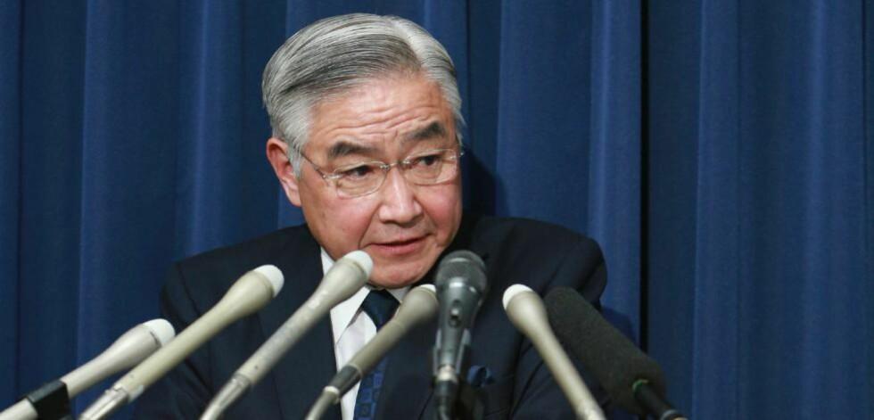 DØDENS BUDBRINGER:  Japans justisminister Mitsuhide Iwaki opplyste på en pressekonferanse fredag om de to nye henrettelsene som er gjennomført i landet. Siden statsminister Shinzo Abe tok over i 2012, er det 14 dødsdømte henrettet i Japan.  Foto: JIJI Press/AFP/NTB Scanpix.