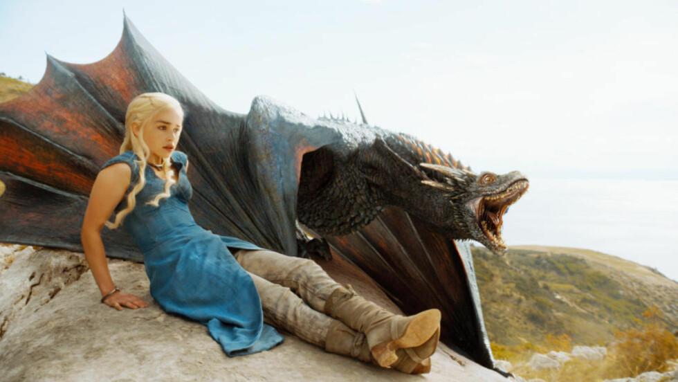 FORHISTORIEN: «Ridderen av de syv riker» forteller historien om to personer som levde 90 år før handlingen i tv-serien «Game of Thrones» utspiller seg, og lar oss blant annet bli bedre kjent med Daenerys Targaryens oldefar - som hun åpenbart slekter ganske så mye på. Foto: HBO NORDIC / FRA TV-SERIEN «GAME OF THRONES»