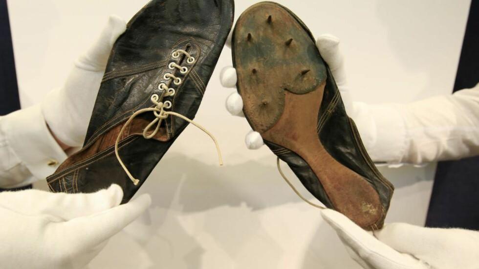 SOLGT FOR ELLEVILL SUM: I 1954 ble Roger Bannister første mann i verden til å tilbakelegge en engelsk mil på under fire minutter. Torsdag ble skoene han brukte solgt for millionbeløp.