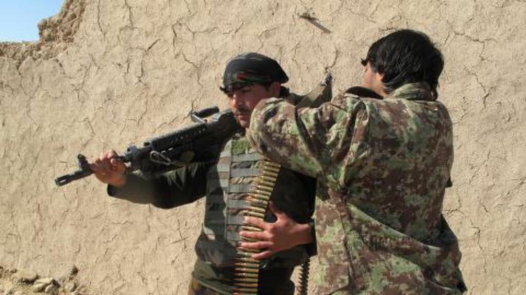 SJEKKER UTSTYRET: Soldater fra Den nasjonale afghanske hæren (ANA) kjemper febrilsk for å unngå at Taliban får full kontroll over Sangin i helmand-provinsen. Foto: AFP/Noor Mohammad