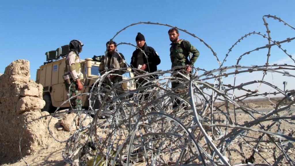 KJEMPER MOT TALIBAN: Afghanske sikkerhetsstyrker patruljerer i Helmand-provinsen. De siste dagene skal minst 90 soldater ha mistet livet i kamper mot Taliban. Foto:   EPA/WATAN YAR