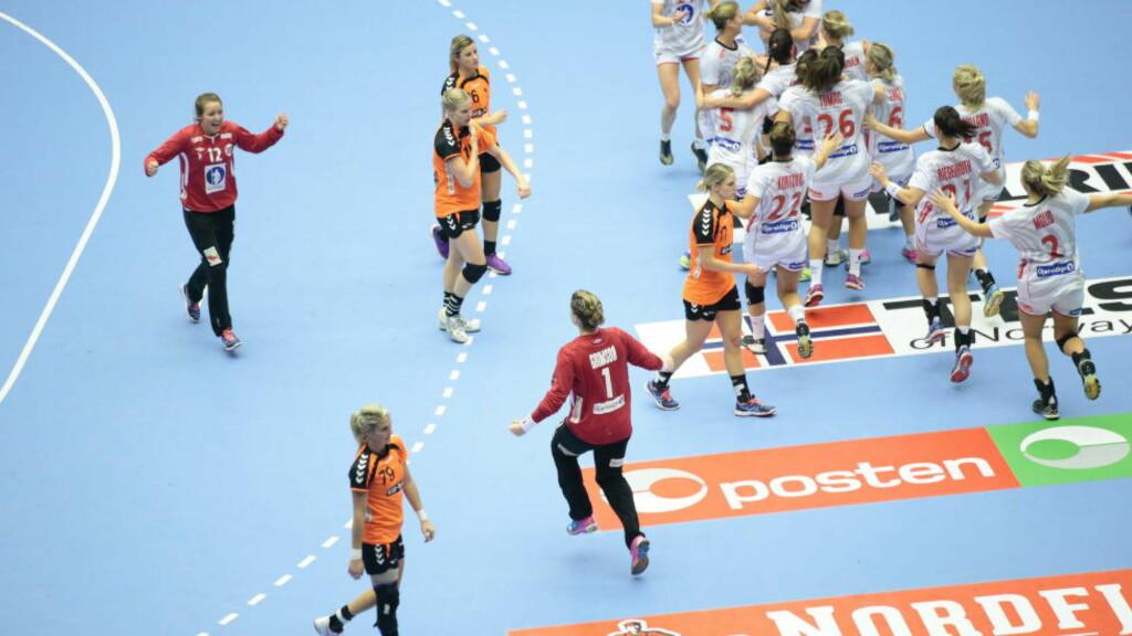 TØFT: De nederlandske jentene fikk det tøft i VM-finalen mot Norge. Men likevel har de fått en hel nasjon interessert i håndball. Foto: Bjørn Langsem/Dagbladet