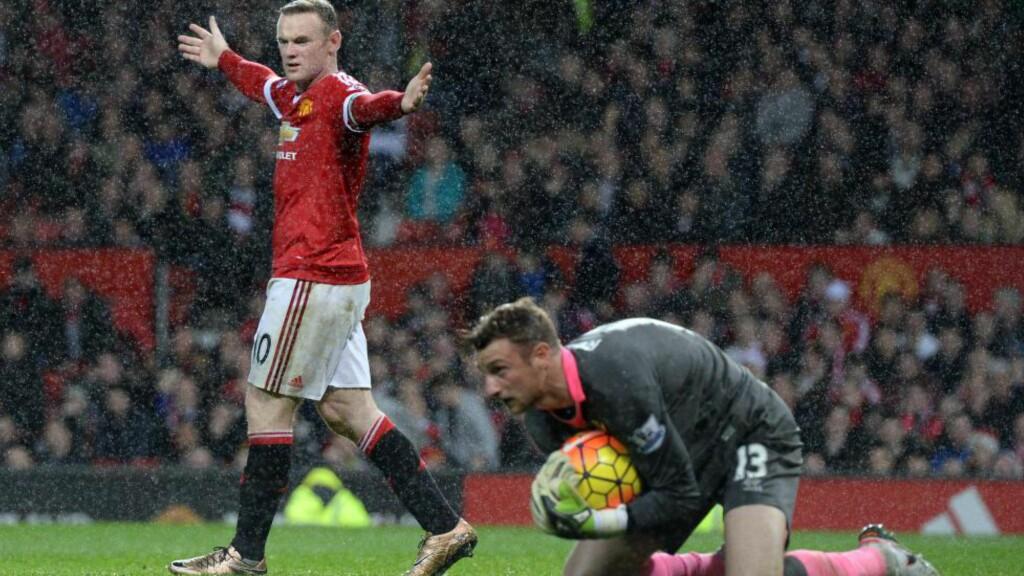OPPGITT. Wayne Rooney har trøbbel. Eksperter mener han har mistet troen og selvtilliten. Det er flere timer siden han sist skjøt og traff mellom stengene på Old Trafford. Foto: AFP  / OLI SCARFF / NTB Scanpix