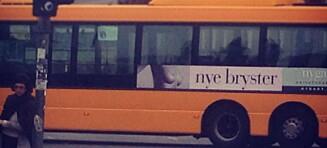 Dansk nakenkunstner anmelder puppereklame på buss