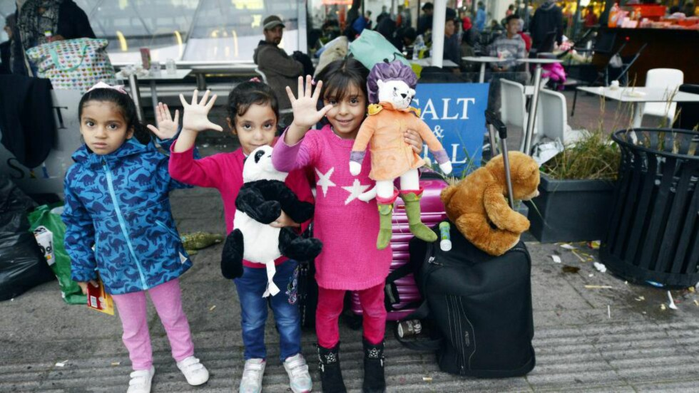 I SVERIGE:  Disse jentene kom fredag til Malmøs togstasjon, og er opprinnelige fra Syria. Foto: Rehn Kai  / Aftonbladet / Scanpix