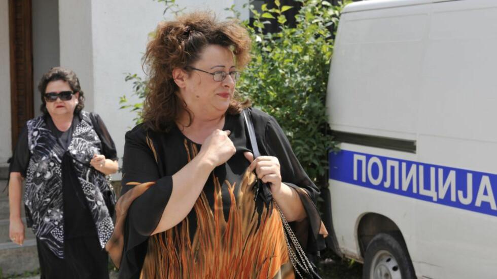 VISEPRESIDENT:  Sonja Karadzic (til høyre) ved polititasjonen i Pale i 2008 med mor Ljiljana Zelen Karadzic i bakgrunnen. Nå er hun valgt til visepresident i Republika Srpska. Foto: Hidajet Delic, AP/NTB Scanpix.