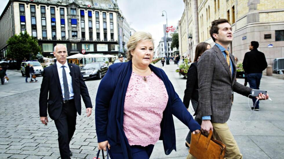 TAR LEDERSKAP Statsminister Erna Solberg slår fast at Norge tar lederskap for å få til en europeisk løsning på flyktningekrisa. Hun anslår at Norge kan få 15000 flyksninger å bosette i år. Her i innspurten i valgkampen i Oslo lørdag sammen med politisk rådgiver Hans Christian Kaurin Hansson Foto: Nina Hansen / Dagbladet