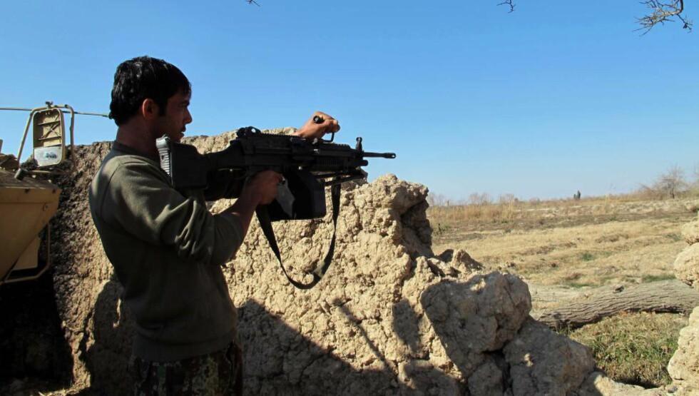 KJEMPER MOT TALIBAN: Afghanske sikkerhetsstyrker patruljerer kjemper febrilsk mot Taliban for å unngå å miste kontrollen over den viktige byen Sangin. De siste dagene skal minst 90 soldater ha mistet livet i kamper mot Taliban. Foto: AFP / NTB Scanpix/ Noor Mohammad