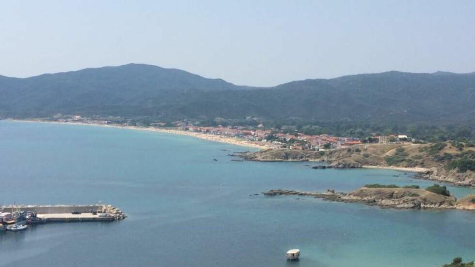 LITEN BY MED STRAND: På halvøyene Halkidiki er det stort sett en nydelig strand i hver by - og mange flere en kort kjøretur unna. Foto: HILDE MARIE TVEDTEN