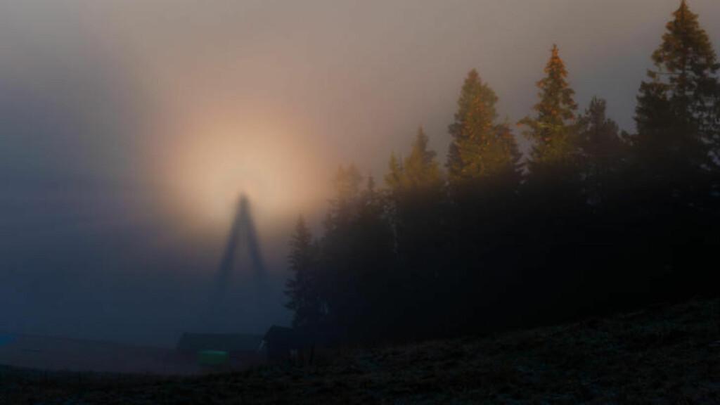 FENOMEN: Svein Nordrum visste ikke hva han hadde tatt bilde av, før han kom hjem og googlet seg fram til «Brocken-spøkelse». Foto: Svein Nordrum.