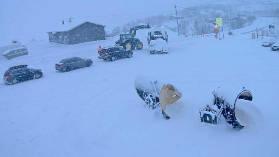 HELT STENGT JULAFTEN:   Bilde tatt av Vegvesenets webkamera på Rv 7 ved bommen på Haugastøl onsdag formiddag. I dag er det også stopp for kolonnekjøring. Foto: webkamera.vegvesen.no / NTB Scanpix.