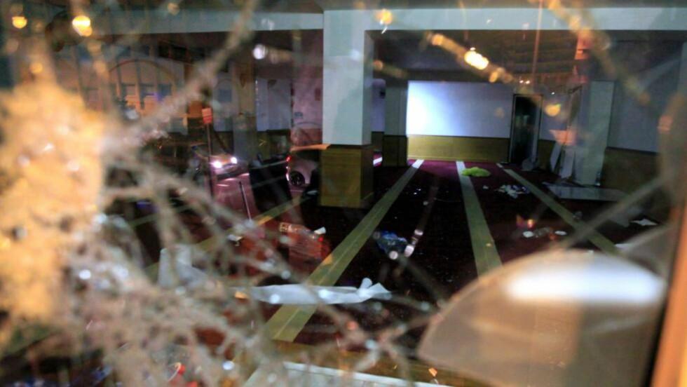 RASERT: En liten gruppe aktivister gikk inn i den muslimske bønnehallen, rev ned glassdøra og gjennomsøkte rommet, opplyser lokalt politi. Foto: NTB Scanpix / AFP / Pierre-Antoine Forunil