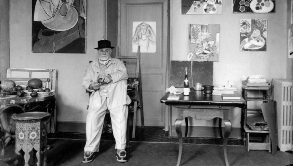 STRAM TONE: «På sporet av Matisse»-ttstillingen er et eksempel på en institusjonskritikk, eller skal vi si selvkritikk, som bare sjelden kommer tydelig og begripelig til overflaten i norske sammenhenger. Den har en stram tone av politikk og konflikt, men er samtidig mildnet av noe mer poetisk og kunstnært, skriver vår anmelder. Bildet viser Henri Matisse i sin villa Le Reve a Vence i 1948. Foto: Michel Sima/Rue des