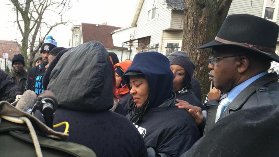 MISTET SØNNEN: Janet Cooksey (i midten) holdt søndag en pressekonferanse etter at hennes sønn ble skutt av politiet i Chicago dagen før. Foto: Justin Madden/Reuters/NTB scanpix.