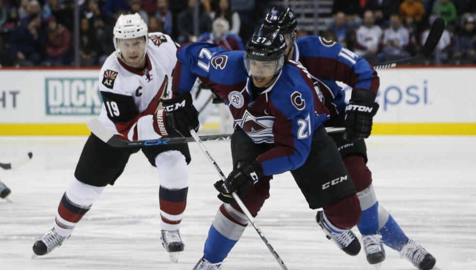 SLÅSS: Andreas Martinsen havnet i slåsskamp da Colorado Avalanche tapte 1-2 for Arizona Coyotes i NHL søndag. Foto: David Zalubowski / AP / NTB scanpix