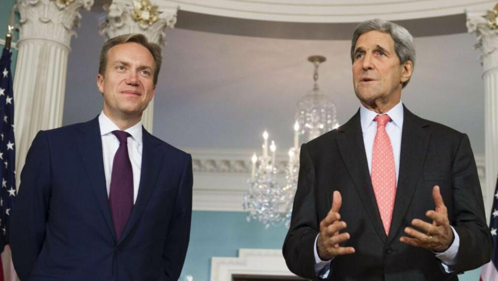 GODE VENNER: USAs utenriksminister John Kerry takker utenriksminister Børge Brende (H) og Norge for å ha sendt 60 tonn med uran til Iran. Bildet viser et møte mellom de to i 2014. Foto: AFP / NTB Scanpix