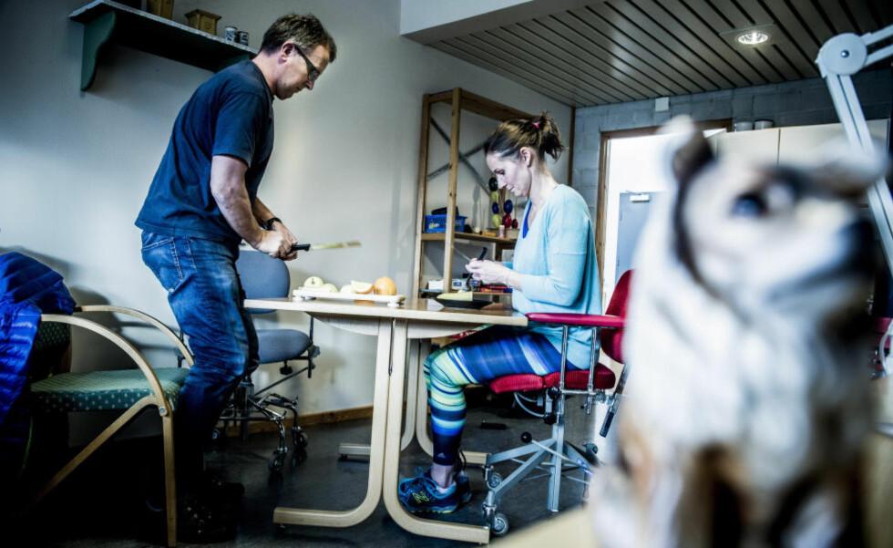 TRENINGSIVER: Jannicke Boug (40) og Ole Hermundslid (56) har begge opplevd slag. Men de gir seg ikke. - Uff, dette er vanskelig for meg. Men her om dagen gikk det sånn nogenlunde å spise med kniv og gaffel. Jeg må vedlikeholde det jeg lærer, sier Boug. Foto: Thomas Rasmus Skaug