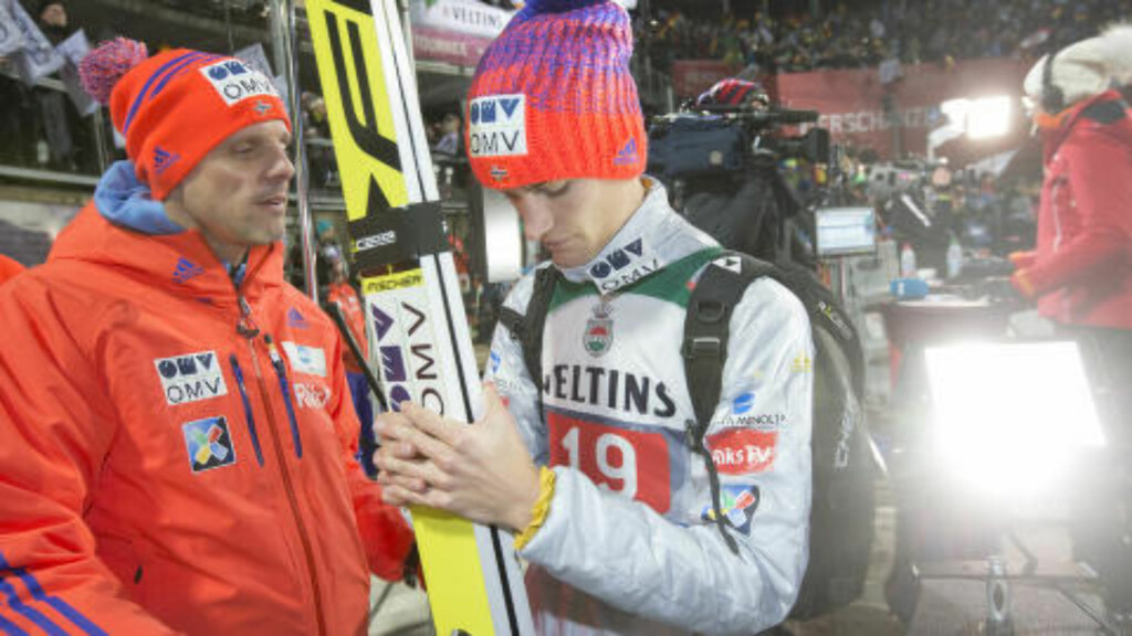 PÅ SLETTA I OBERSTDORF:  Alexander Stöckl tar en prat med Daniel-André Tande, nummer ti i rennet i går. Foto: Terje Bendiksby / NTB scanpix
