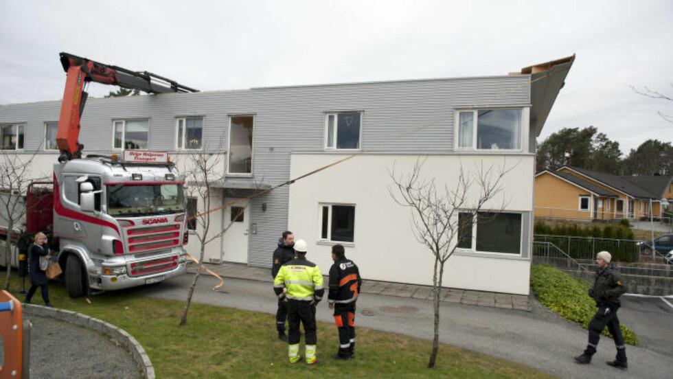 BLÅST AV:  Deler av taket på denne boligblokka blåste av. Foto: Tor Erik Mathiesen