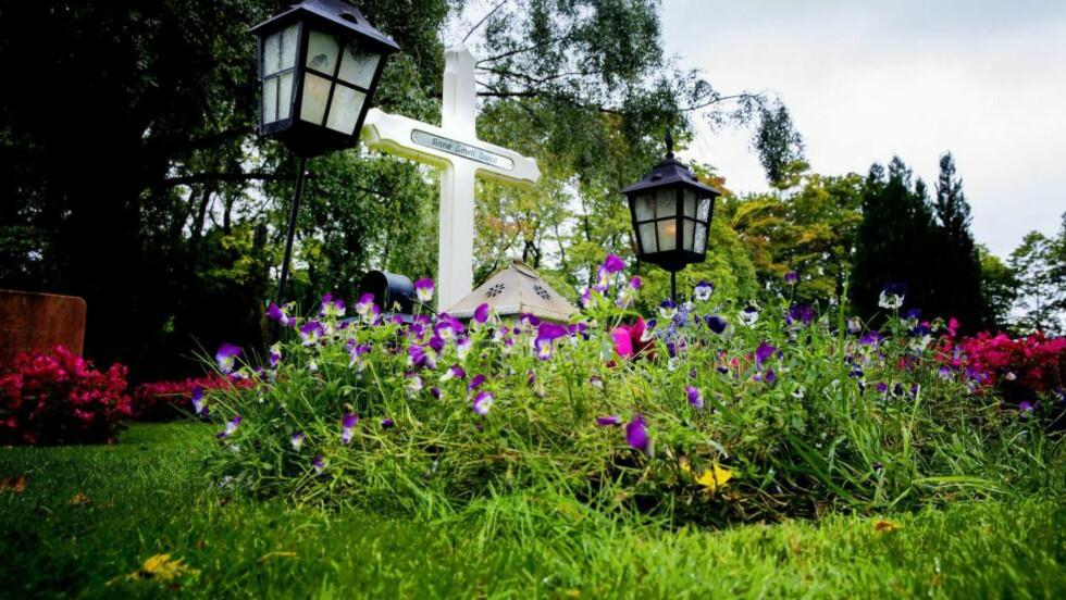 GRAVEN: Her , ved Vestre gravlund i Oslo, ligger Anne Linell Sundt begravet . Hun ble funnet død i sitt eget hjem i desember 2014. Nå er hennes samboer siktet for giftdrap. Foto: Bjørn Langsem / Dagbladet