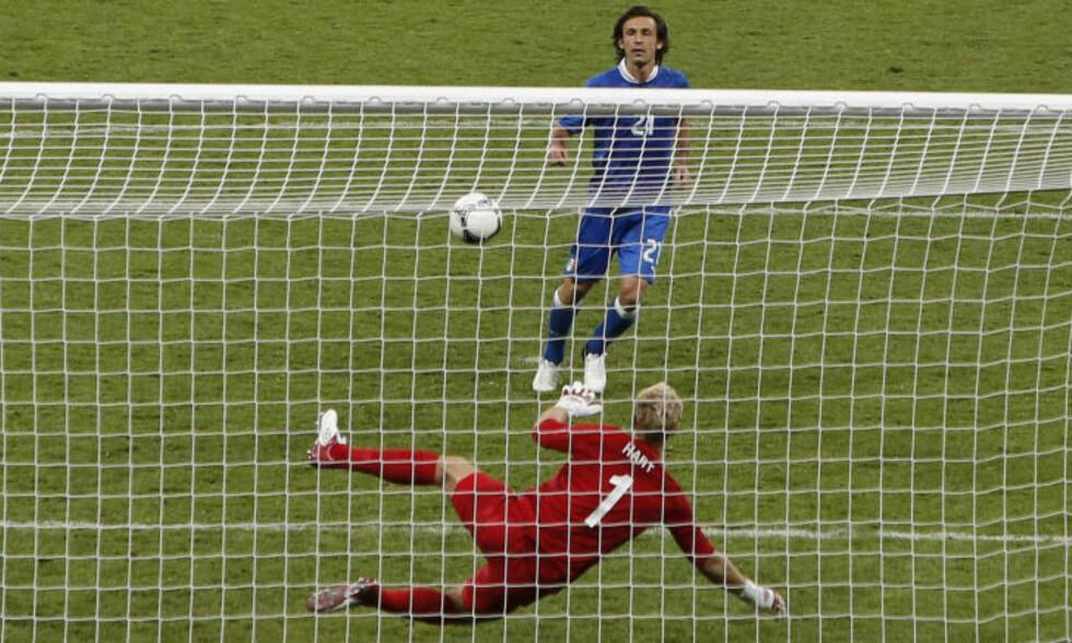 ARRIVEDERCI: Her ydmyker Italias Andrea Pirlo Englands Joe Hart under kvartfinalen i EM 2012. Foto: AP / Efrem Lukatsky / NTB Scanpix