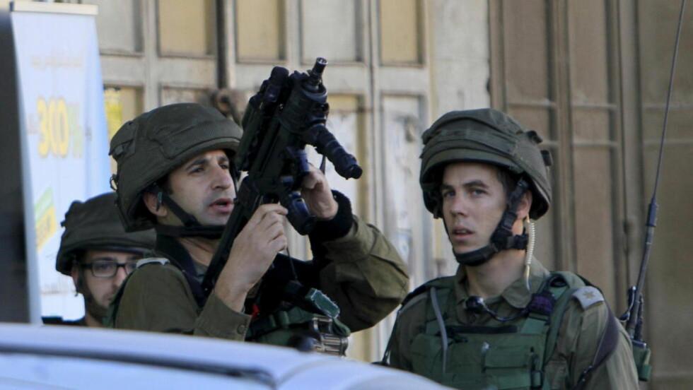 SPENT UTGANG AV 2015:  Israelske soldater holder vakt ved et åsted 27. desember der to palestinere ble skutt og drept etter å ha angrepet en israelsk soldat med kniv. Dette skjedde ved landsbyen Huwara nær byen Nablus på Vestbredden, der det var en ny dødelig konfrontasjon nyttårsaften. Foto: Abed Omar Qusini, Reuters/NTB Scanpix.