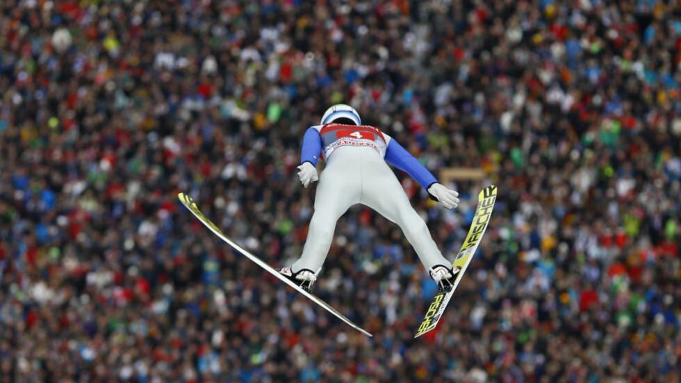 IMPONERTE: Kenneth Gangnes ligger på 3. plass etter 1. omgang. Like bra gikk det ikke med Daniel-André Tande. Foto: AP Photo/Matthias Schrader