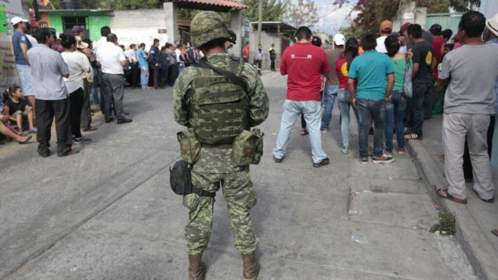 ORDFØREREN DREPT ETTER EN DAG: Innbyggere i Temixco samlet ved stedet der deres nye ordfører ble drept. Foto: AFP / Pedro PARDO / NTB scanpix